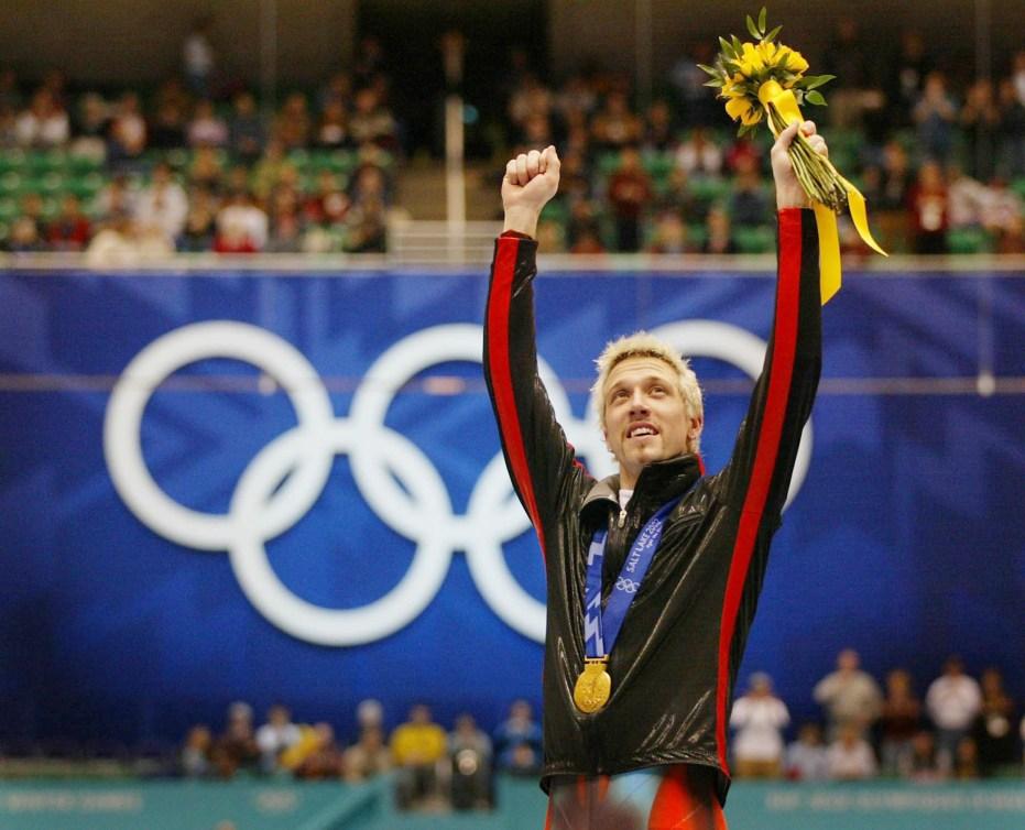 Marc Gagnon célèbre après avoir remporté une médaille d'or aux Jeux de Salt Lake City, en 2002.
