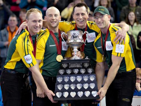 Brad Jacobs, Ryan Fry, E.J. Harnden and Ryan Harnden posent avec le Brier suite à leur victoire contre le Manitoba