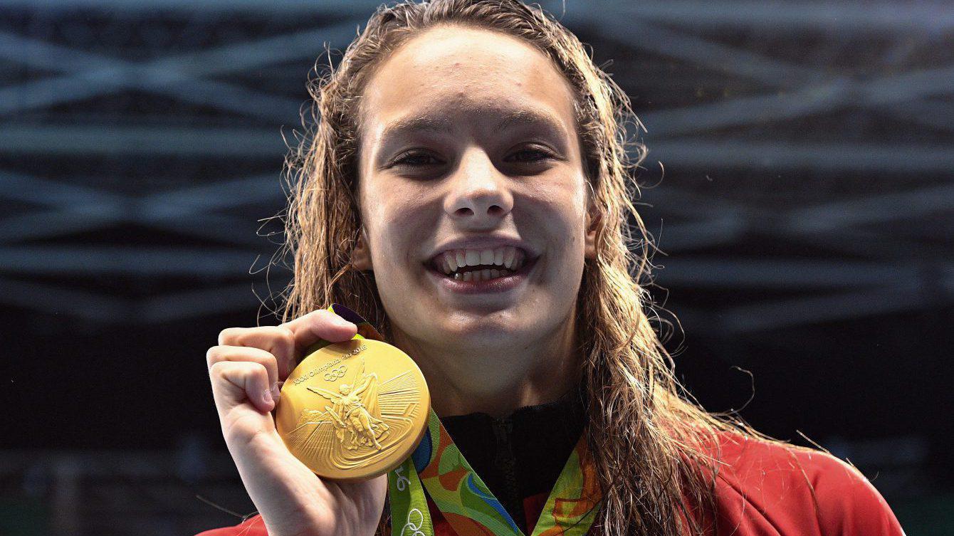 Penny Oleksiak pose avec sa médaille d'or du 100 m style libre aux Jeux olympiques de Rio, le 11 août 2016. (Photo/COC Mark Blinch)