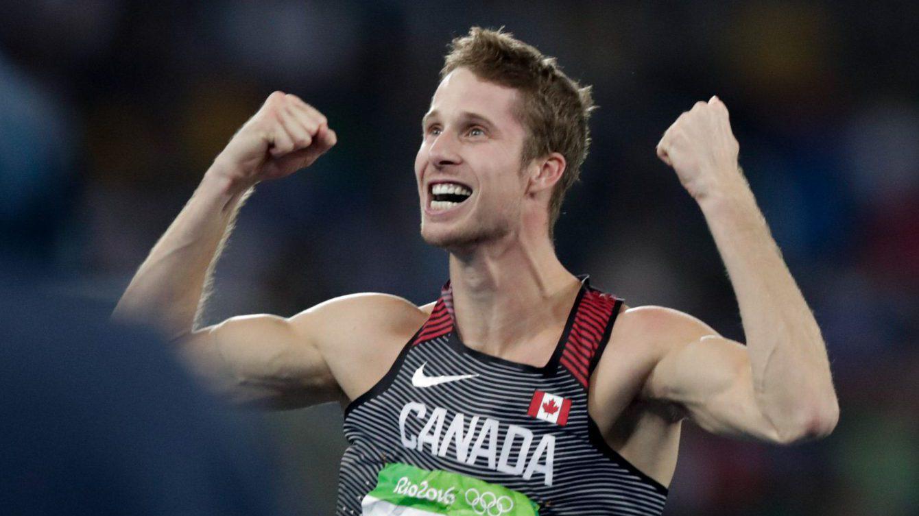 Derek Drouin célèbre sa médaille d'or aux Jeux olympiques de Rio, le 16 août 2016. (Photo/COC Jason Ransom)