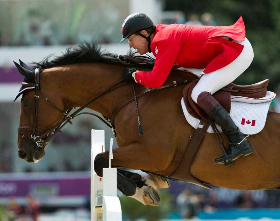 Ian Millar effectue un saut à cheval