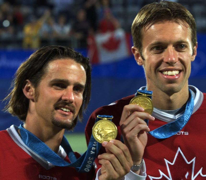Daniel Nestor et Sébastien Lareau avec la seule médaille du Canada en tennis, l'or aux Jeux olympiques de Sydney en 2000.
