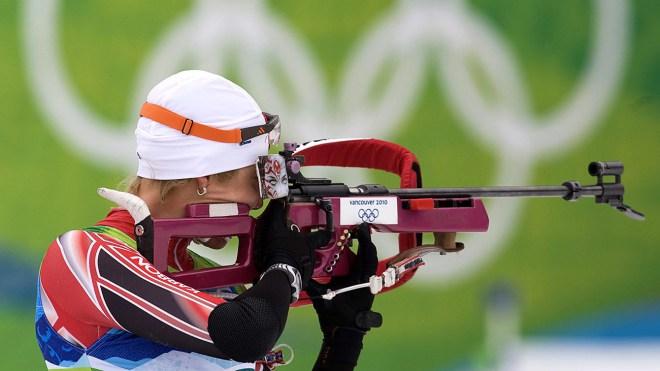Zina Kocher visant la cible