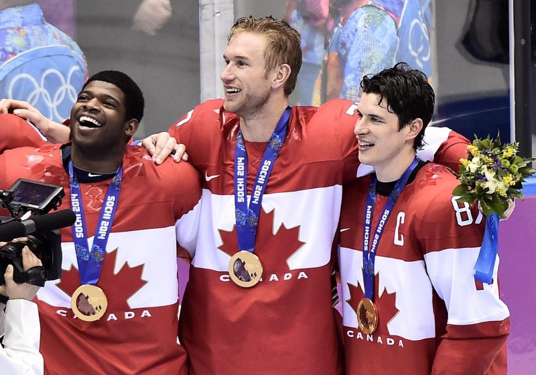 P.K. Subban, Jeff Cater et Sidney Crosby lors de la remise des médailles aux Jeux olympiques de Sotchi, le 23 février 2014. THE CANADIAN PRESS/Nathan Denette
