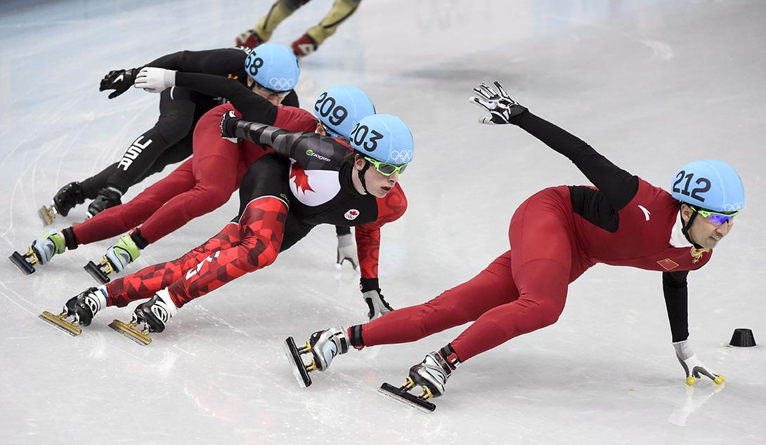 Charle Cournoyer derrière le Chinois Wu Dajing lors de la finale du 500 m à Sotchi 2014, le 21 février 2014. THE CANADIAN PRESS/Paul Chiasson