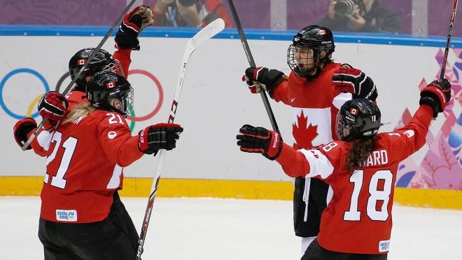 l'équipe féminine de hockey célébrant