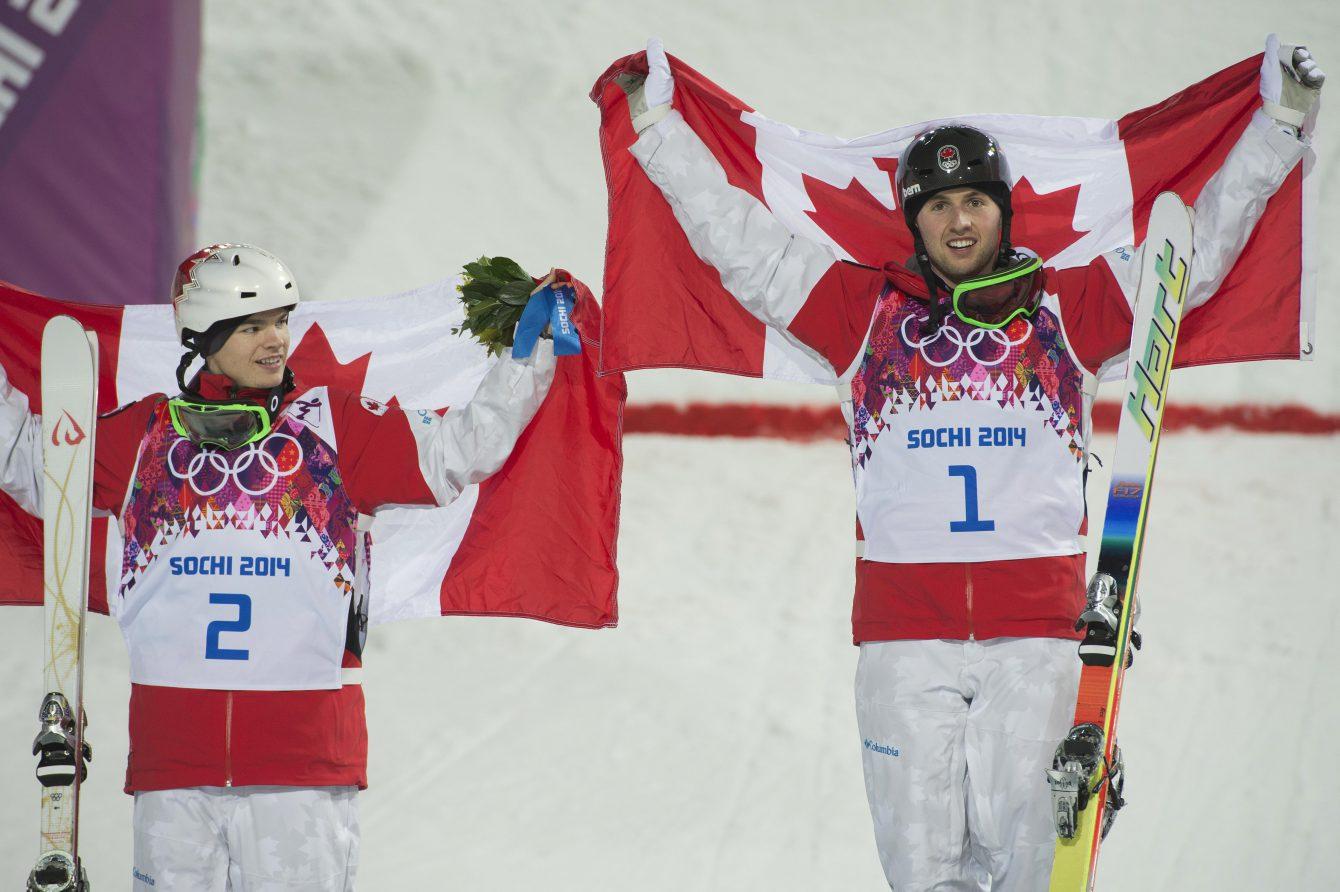 Alexandre Bilodeau et Mikaël Kingsbury ont décroché respectivement l'or et l'argent à l'épreuve masculine de ski sur bosses aux Jeux olympique de Sotchi, le 10 février 2014.