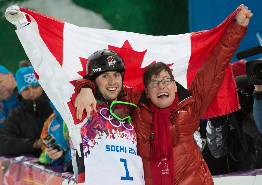 Alex Bilodeau et son frère tiennent le drapeau canadien