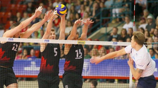 3 athlètes canadiens bloquent le ballon frappé par un athlète de la Finlande