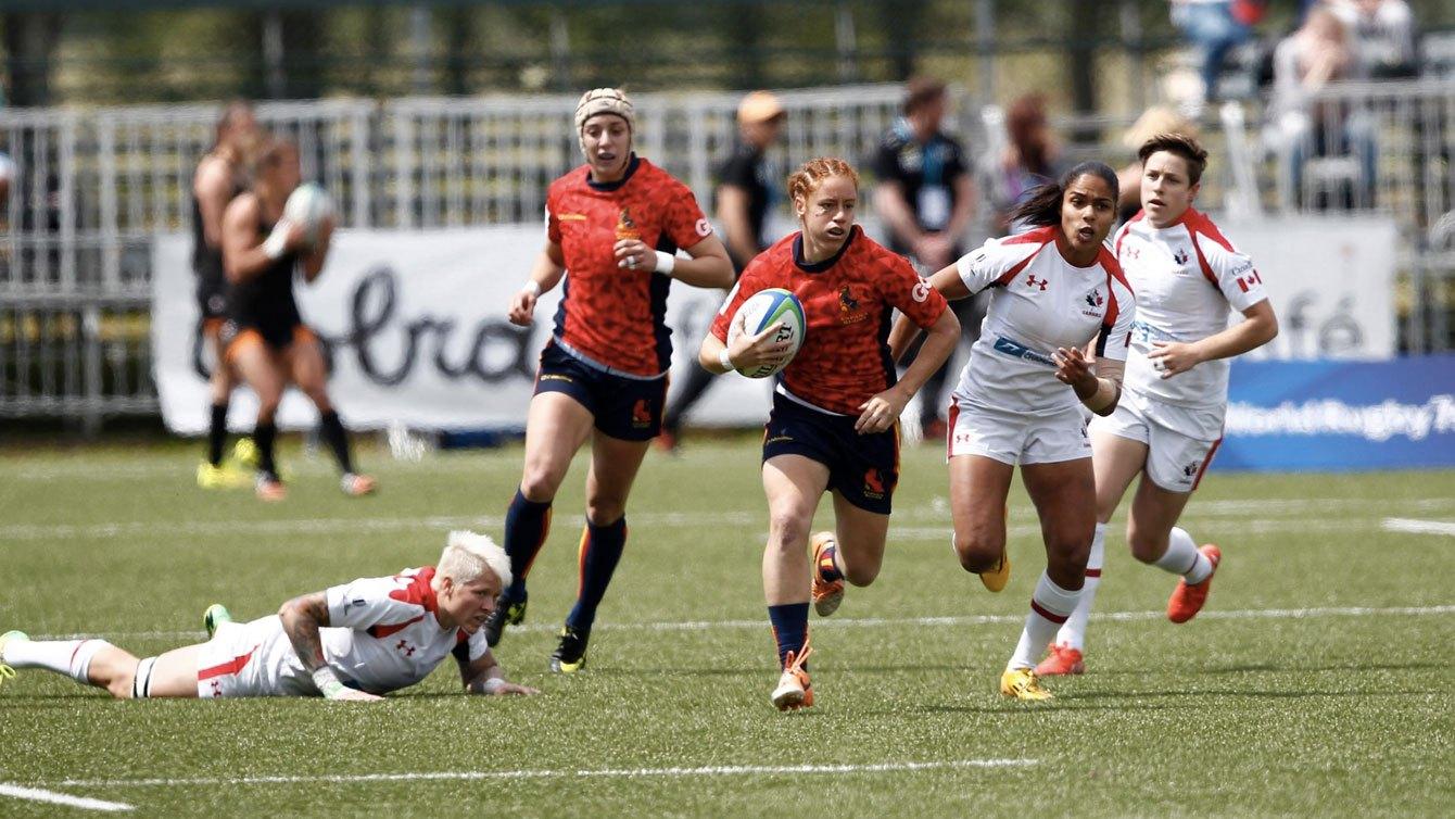 Magali Harvey tente de rattraper l'Espagnole Barbara Plat lors du tournoi d'Amsterdam en Série mondiale de rugby à sept féminin, le 22 mai 2015 (Photo: Martin Seras Lima).