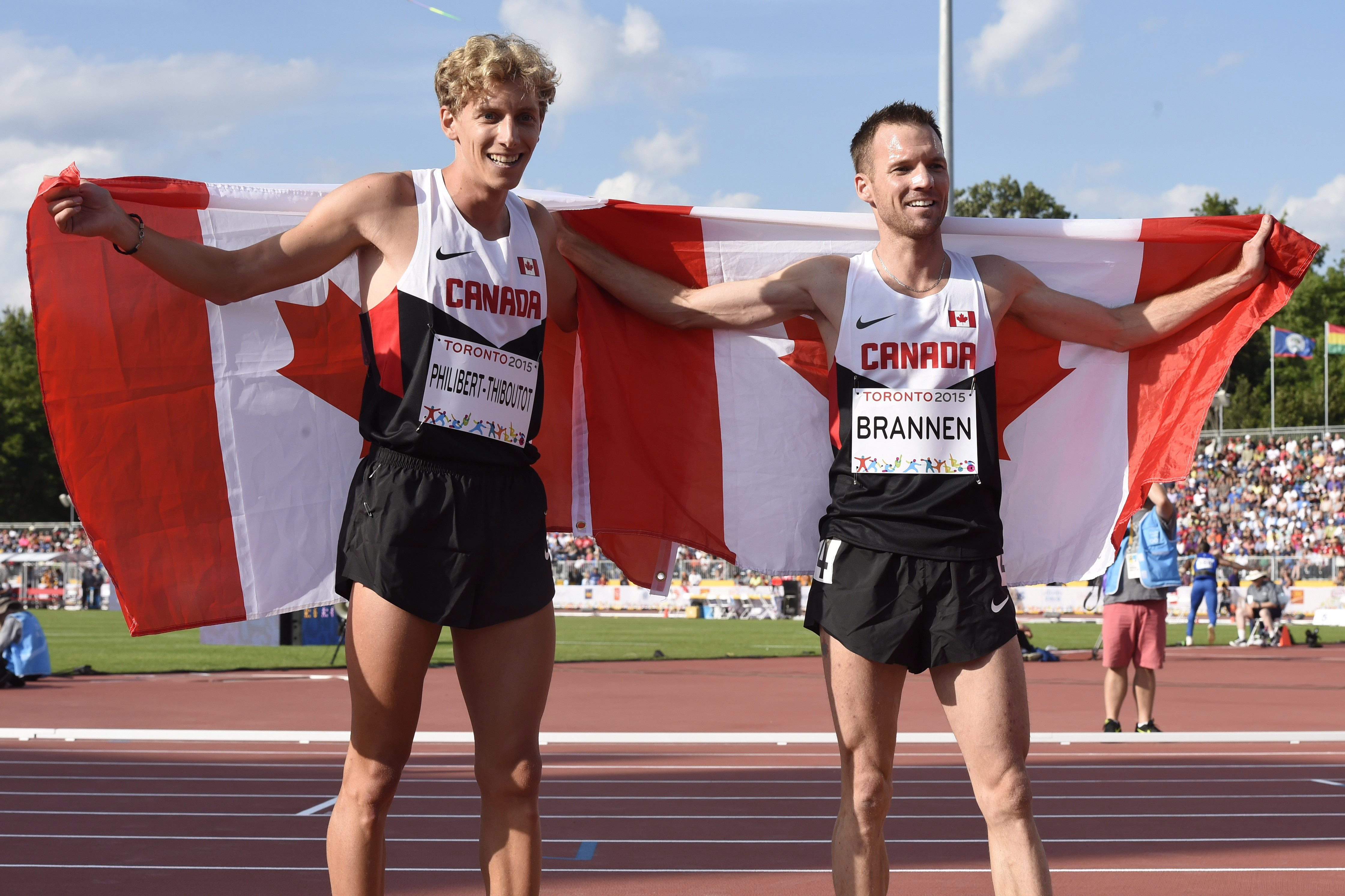 Le médaillé de bronze Charles Philibert-Thiboutot, gauche, et le médaillé d'argent Nathan Brannen tout sourire après leur doublé au 1500 m, le 24 juillet 2015.
