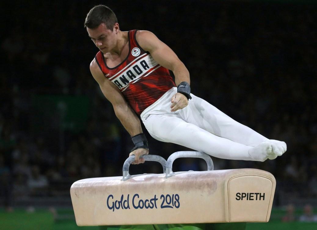 Un gymnaste en équilibre sur le cheval d'arçon