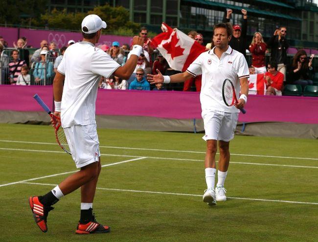Daniel Nestor et Vasek Pospisil (de dos) aux Jeux olympiques de Londres en 2012