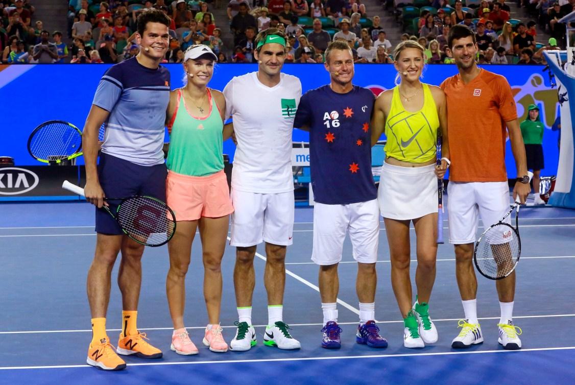 Milos Raonic (gauche) s'est joint à Caroline Wozniacki, Roger Federer, Lleyton Hewitt, Victoria Azarenka et Novak Djokovic pour un match d'exhibition à l'Arène Rod Laver le samedi 16 janvier 2016.(AP Photo/Rafig Maqbool)