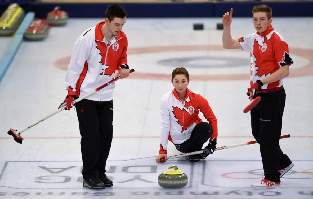 Les Canadiens Tyler Tardi, Karlee Burgess et Sterling Middleton (de gauche à droite) pendant la finale du tournoi de curling mixte par équipes au pavillon de curling de Lillehammer lors des Jeux olympiques de la jeunesse d'hiver à Lillehammer, en Norvège, le 17 février 2016. Photo: Thomas Lovelock pour YIS/IOC. Image fournie par YIS/IOC.