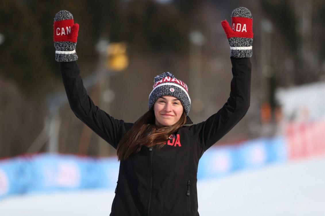 La médaillée d'argent Ali Nullmeyer (CAN) sur le podium à l'issue de l'épreuve féminine de slalom de ski alpin au centre de ski olympique Hafjell lors des Jeux olympiques de la jeunesse d'hiver à Lillehammer, en Norvège, le 18 février 2016. Photo : Jed Leicester pour YIS/CIO. Image fournie par YIS/CIO.
