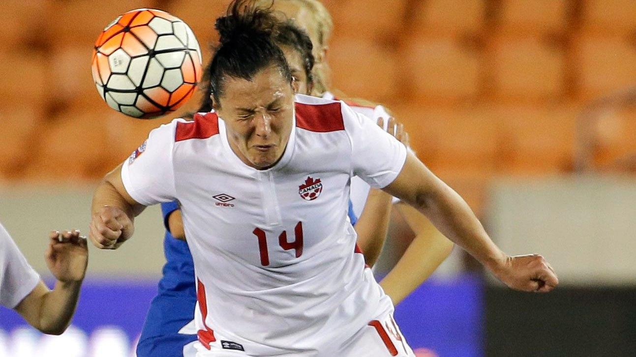 Melissa Tancredi fait une tête lors du match contre le Guatemala le 16 février 2016.