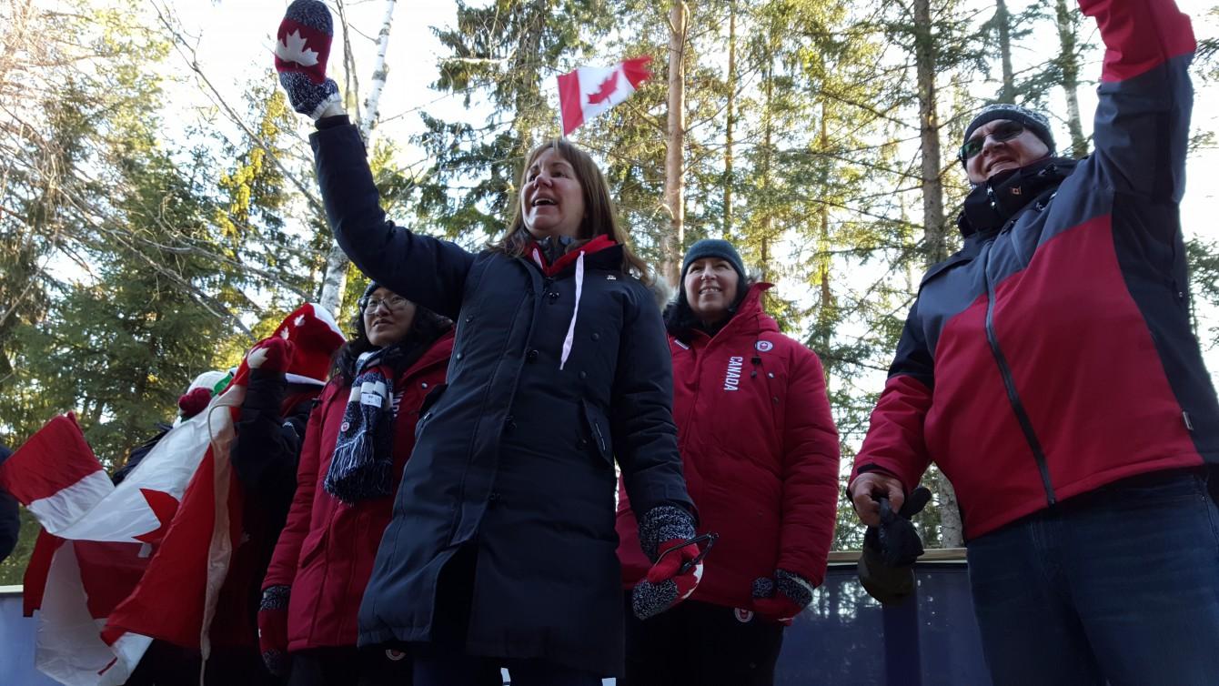 La famille Watts et d'autres partisans d'Équipe Canada encouragent Reid Watts au centre des sports de glisse de Lillehammer