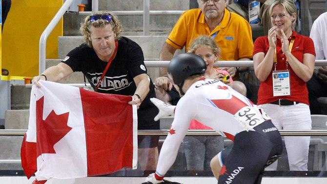 Curt Harnett remet un drapeau canadien à Hugo Barrette lors des Jeux panaméricains de 2015, à Toronto.