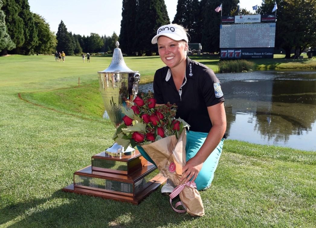 Brooke Henderson avec son trophée au 18e trou suite à sa victoire à la Classique Cambia de Portland, 16 août 2015 (AP Photo/Steve Dykes).