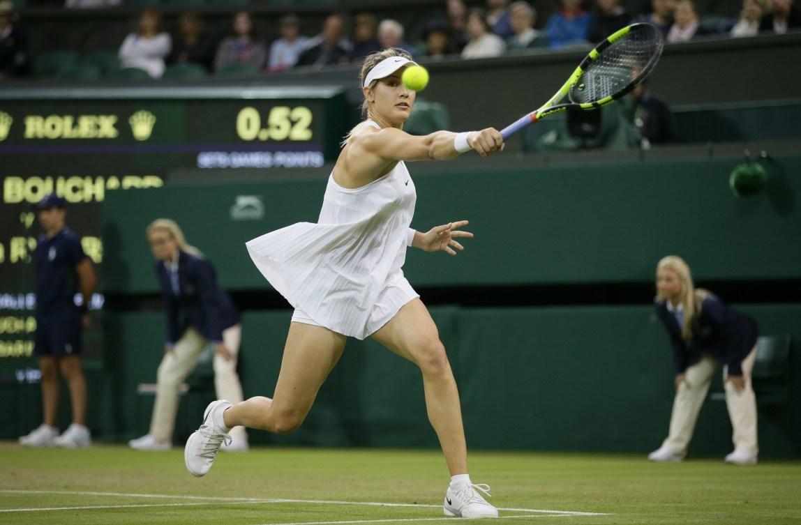 Eugenie Bouchard effectue un retour contre Magdalena Rybarikova de la Slovaquie lors du premier tour du tournoi féminin de Wimbledon, le 29 juin 2016. (AP Photo/Tim Ireland)