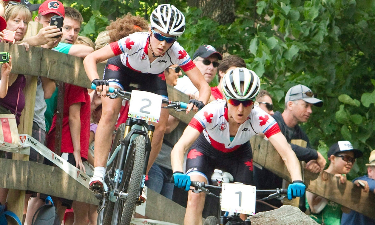 Deux cycliste de vélo de montagne en compétition
