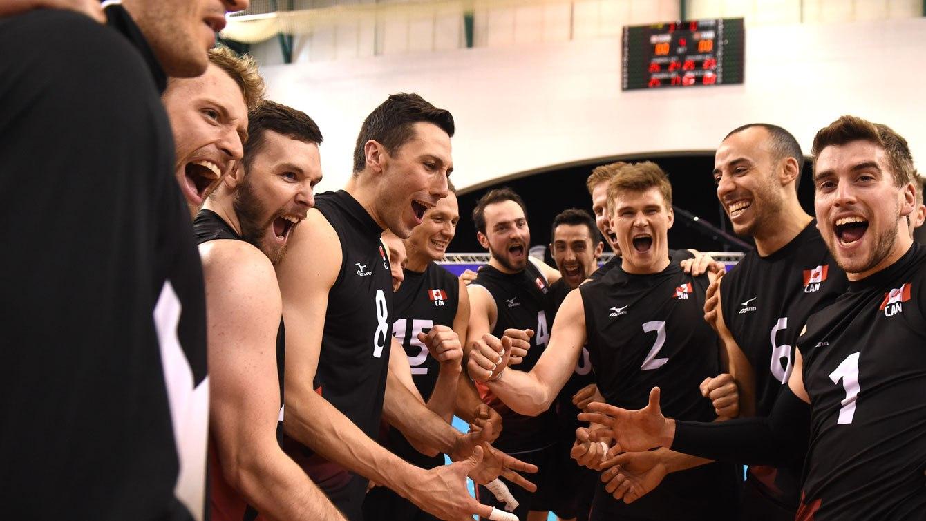 L'équipe canadienne de volleyball masculin célèbre sa victoire sur la Turquie en demi-finale de la Série mondiale FIVB, le 9 juillet 2016.