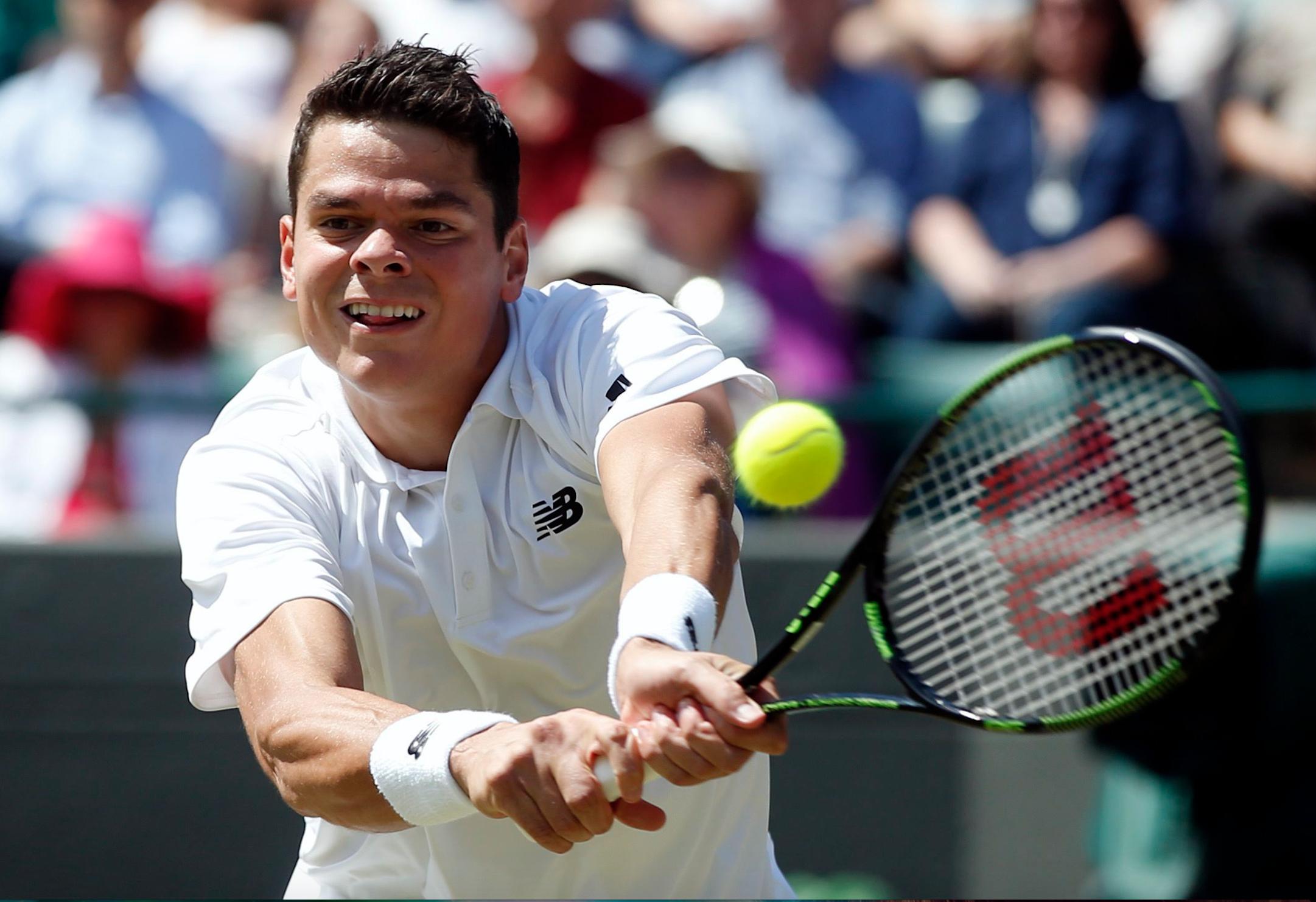 Raonic aux prises avec l'américain Sam Querrey au tournois de Wimbledon.