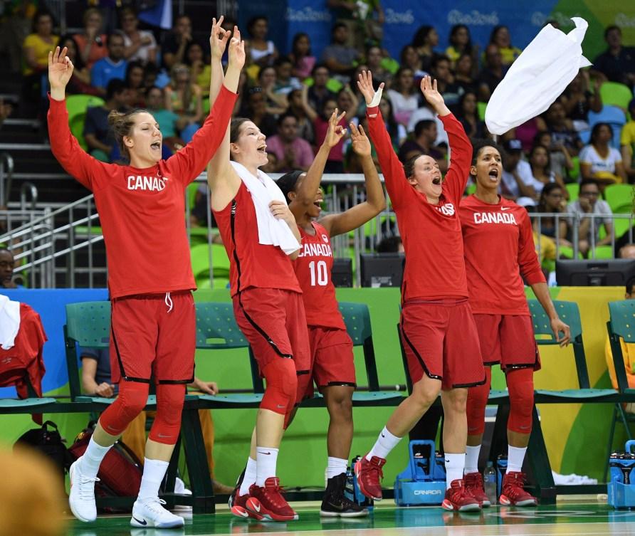Les Canadiennes célèbrent leur première victoire à Rio.