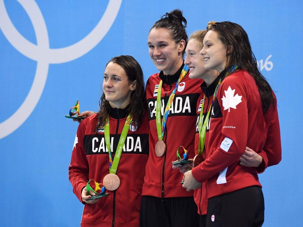 Sandrine Mainville, Chantal Van Langehem, Taylor Ruck et Penny Oleksiak lors de la cérémonie des médailles aux Jeux olympiques de Rio, le 6 août 2016.