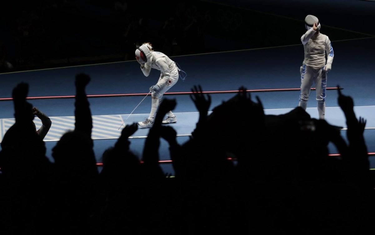 Eleanor Harvey, gauche, célèbre avec sa victoire surprise contre l'Italienne Arianna Errigo lors de l'épreuve individuelle du fleuret aux Jeux olympiques de 2016, à Rio (AP Photo/Andrew Medichini)