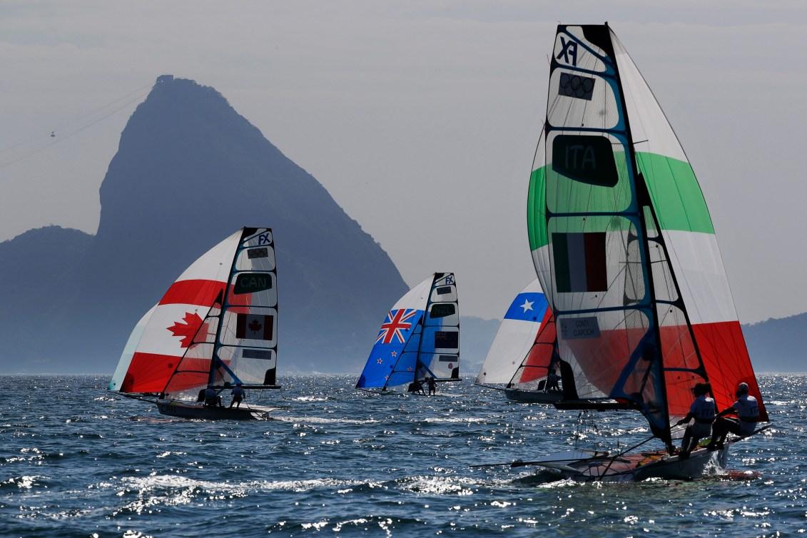 Les Canadiennes, les Néo-Zélandaises, les Chiliennes et les Italiennes concourent en 49er FX.