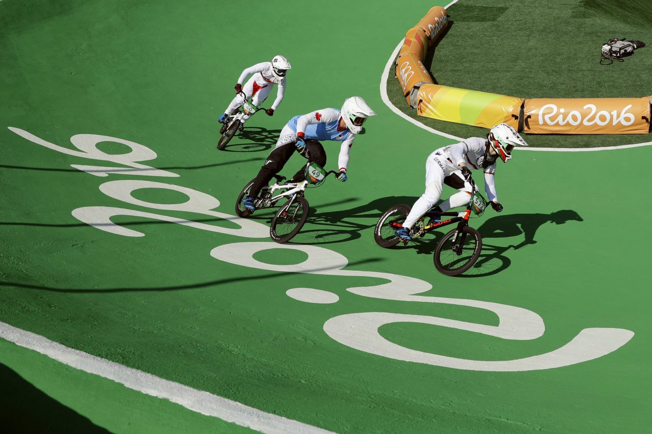 De droite à gauche: les cyclistes Luis Brethauer (Allemagne), Tory Nyhaug (Canada) et Tore Navrestad (Norvège) lors d'une pratique avant l'épreuve de classement de BMX, le 17 août 2016. (AP Photo/Pavel Golovkin)