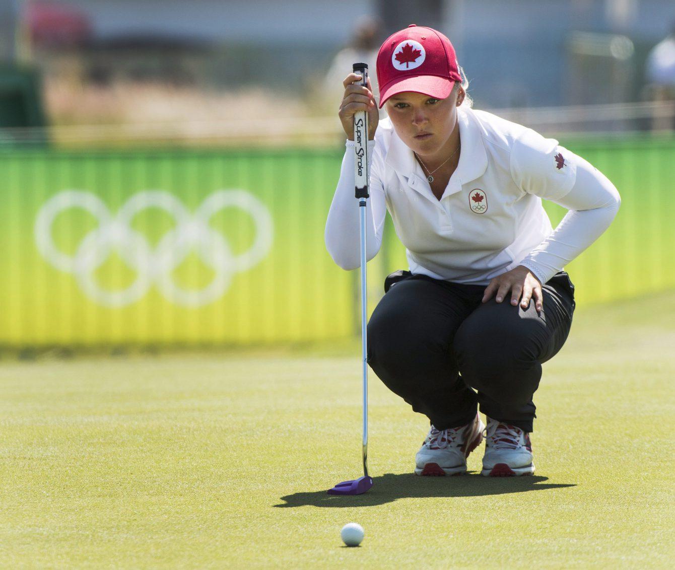 Brooke Henderson sur le vert du neuvième fanion lors de la première ronde du tournoi olympique des Jeux de 2016, à Rio. THE CANADIAN PRESS/Ryan Remiorz