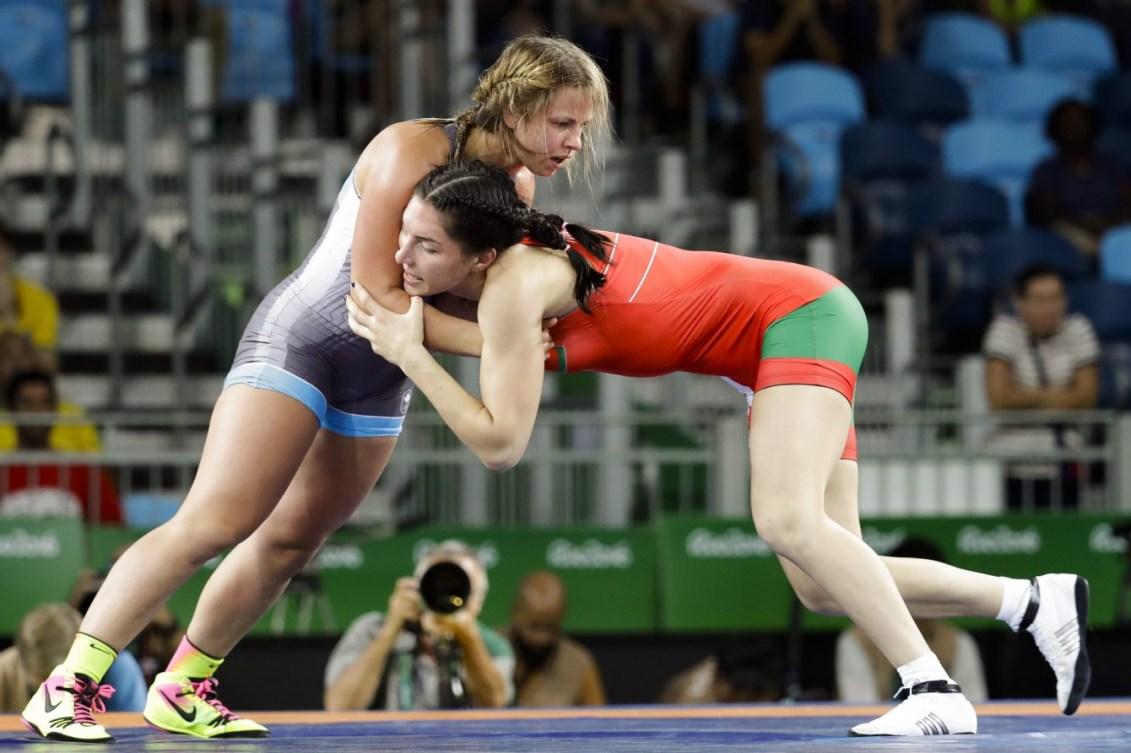 Erica Wiebe, en bleu, contre Vasilisa Marzaliuk du Bélarus aux Jeux olympiques de Rio, le 18 août 2016. (AP Photo/Markus Schreiber)