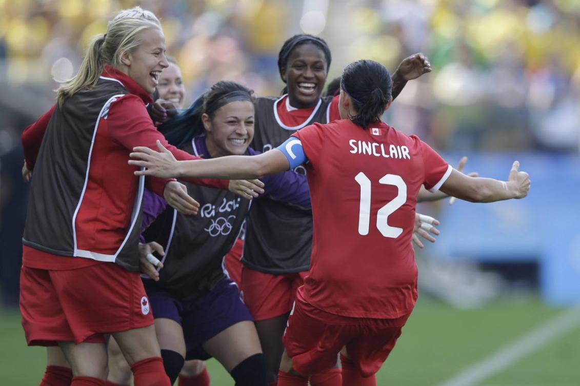 Les joueuses canadiennes célèbrent après le but de Christine Sinclair lors du match de médaille de bronze du tournoi olympique de soccer féminin des Jeux de Rio 2016 à Sao Paulo, vendredi le 19 août 2016. (AP Photo/Nelson Antoine)