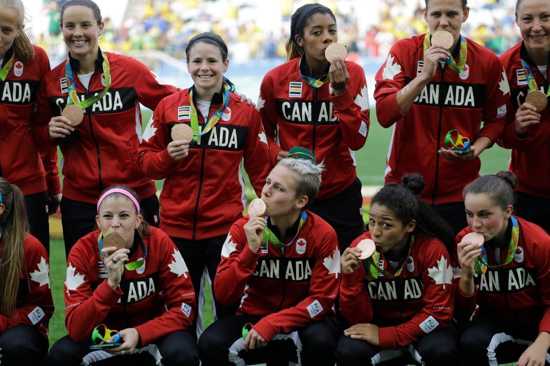 Les joueuses canadiennes reçoivent leur médaille de bronze suite à une victoire contre le Brésil au tournoi olympique de soccer féminin des Jeux de Rio 2016 à Sao Paulo, vendredi le 19 août 2016. (AP Photo/Nelson Antoine)