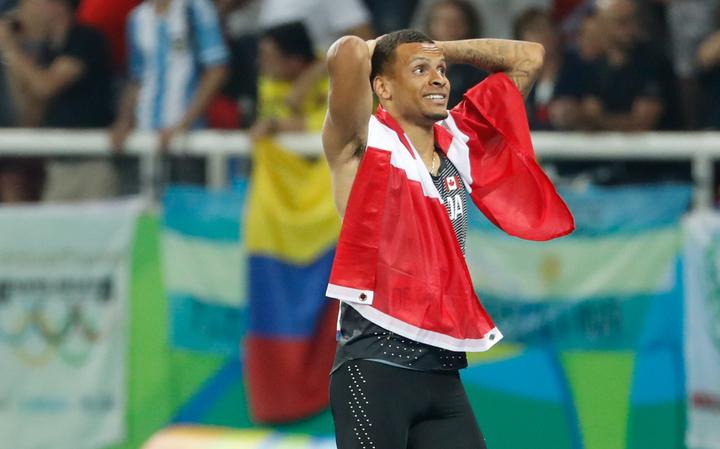 Andre De Grasse célèbre sa médaille de bronze à l'épreuve du 100 m aux Jeux olympiques de Rio, le 14 août 2016.