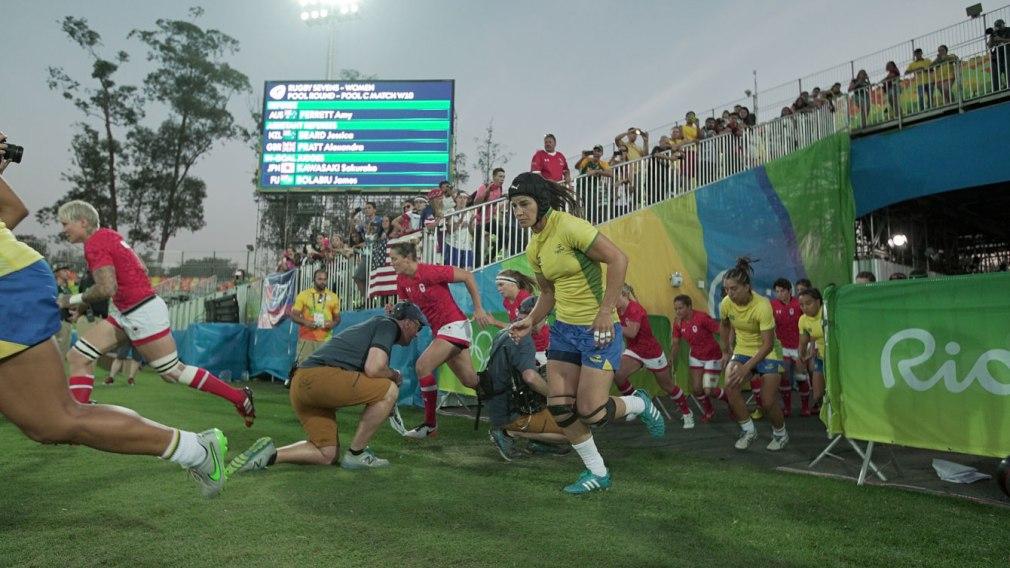 L'équipe canadienne de rugby fait son entrée sur le terrain pour son match contre les Brésiliennes à Rio 2016, le 6 août 2016.