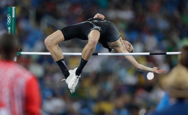 Derek Drouin survole la barre en finale du saut en hauteur aux Jeux olympiques de Rio, le 16 août 2016.