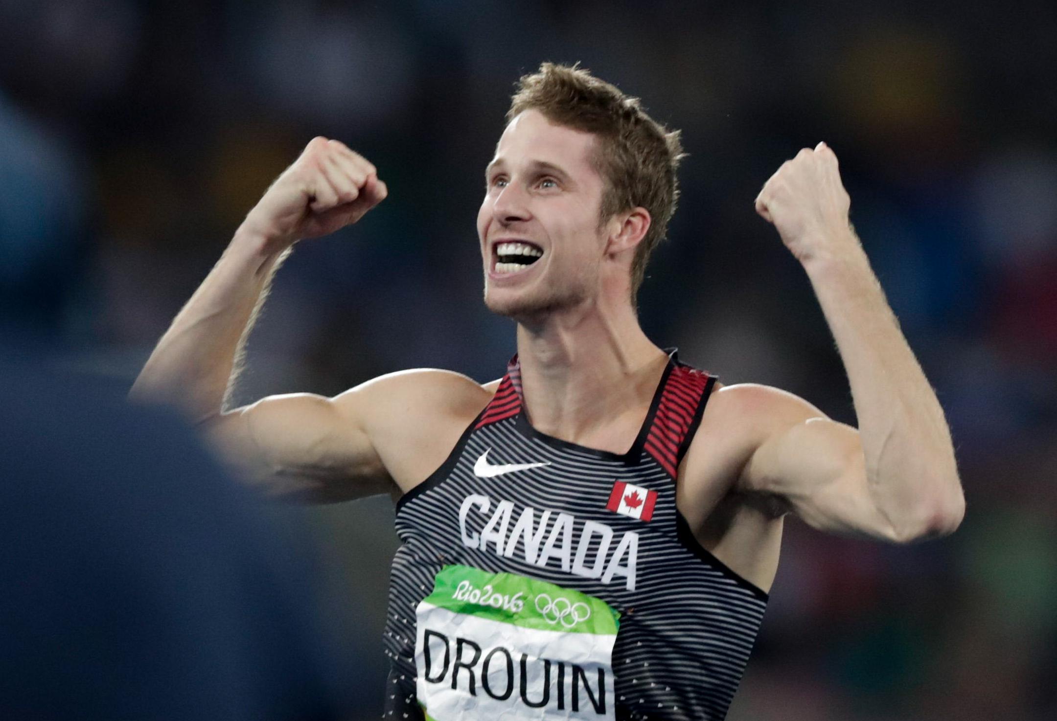 Derek Drouin célèbre après son saut de 2,38 m, lors de la finale de l'épreuve du saut en hauteur, le 16 août 2016 à Rio. (AP Photo/Morry Gash) COC Jason Ransom