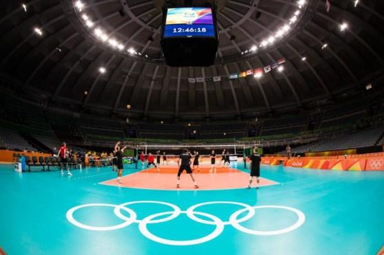 Les athlètes de volleyball masculin s'échauffent aux Jeux de Rio 2016