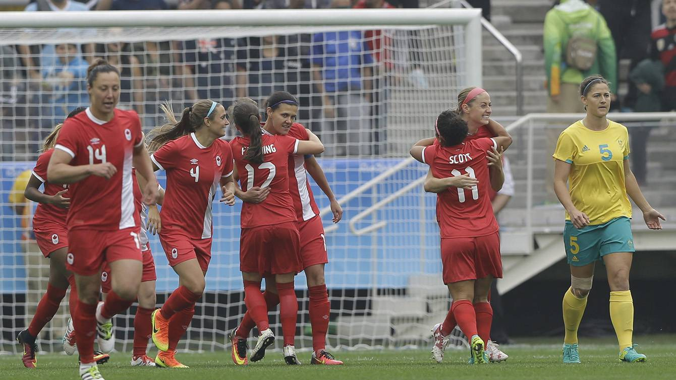 Les Canadiennes célèbrent le but de Janine Beckie contre l'Australie aux Jeux olympique de Rio, le 3 août 2016. (AP Photo/Nelson Antoine)