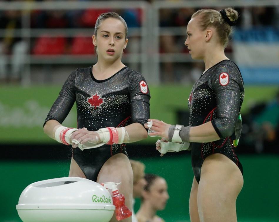 Isabela Onyshko et Ellie Black lors de la lors de la finale du concours multiple individuel. (COC // Jasom Ransom)