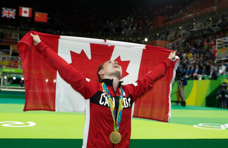 Rosie Maclennan avec le drapeau canadien et sa médaille d'or de l'épreuve de trampoline aux Jeux de Rio. 12 août 2016. Photo Jason Ransom