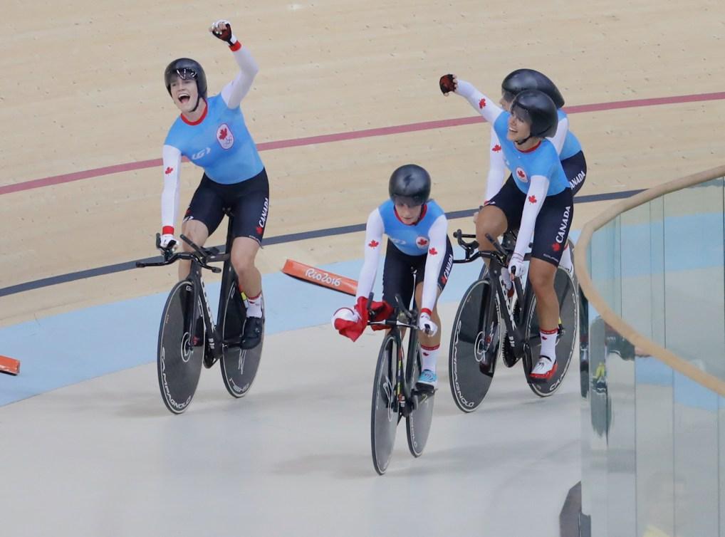 Allison Beveridge, Jasmin Glaesser, Kirsti Lay et Georgia Simmerling célèbrent leur victoire sur la Nouvelle-Zélande pour la médaille de bronze aux Jeux olympiques de Rio, le 13 août 2016. (COC // Mark Blinch)