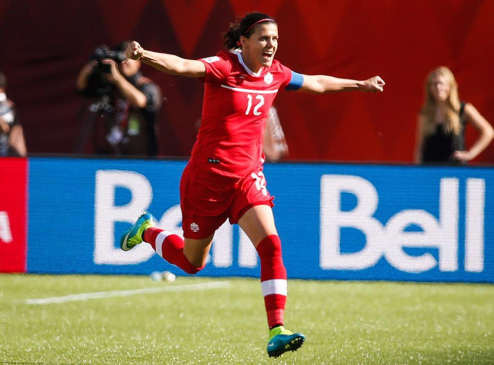 Christine Sinclair célèbre son but marqué en tir de pénalité lors de la Coupe du monde de soccer féminin, le 6 juin2015.