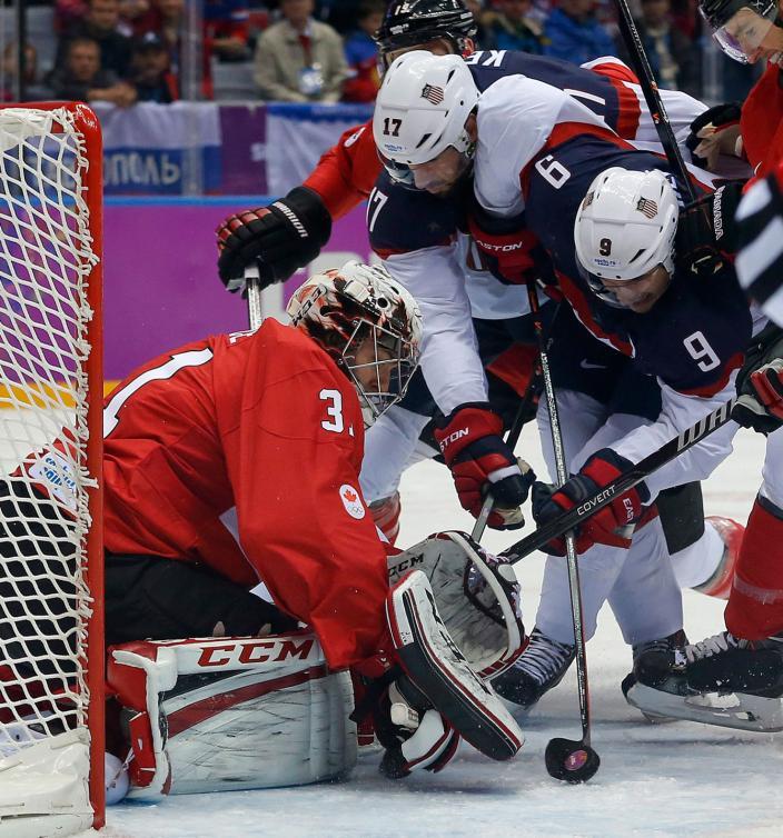 Carey Price (31) arrête la rondelle de Zach Parise (9) lors du match de demi-finale du tournoi olympique de Sotchi, le 21 février 2014. (AP Photo/Julio Cortez)
