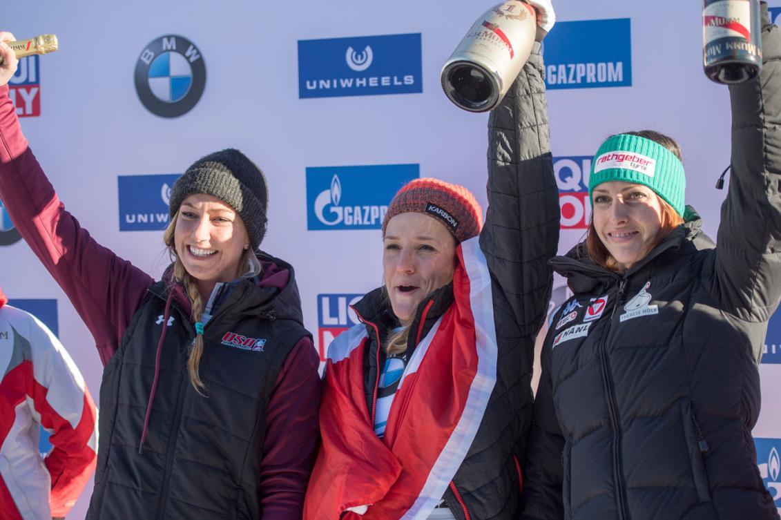 L'Américaine Kendall Wesenberg, la Canadienne Mirela Rehneva et l'Autrichienne Janine Flock lors de la remise des médailles à la Coupe du monde de skeleton à Saint-Moritz, le 20 janvier 2017. (Urs Flueeler/Keystone via AP)