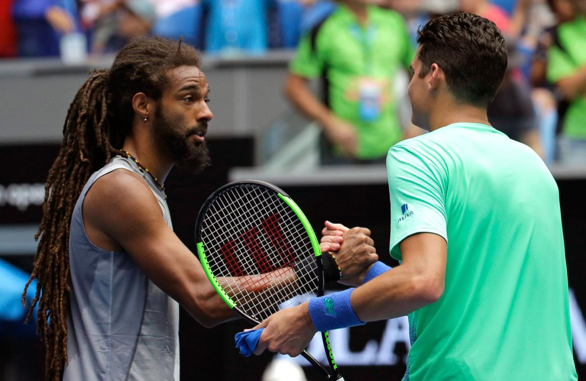 L'Allemand Dustin Brown félicite Milos Raonic après leur affrontement au premier tour des Internationaux d'Australie, le 17 janvier 2017. (AP Photo/Aaron Favila)